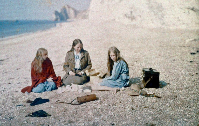 1913 By Mervyn O Gorman His family eat their picnic in Dorset (UK). Early colour Autochrome